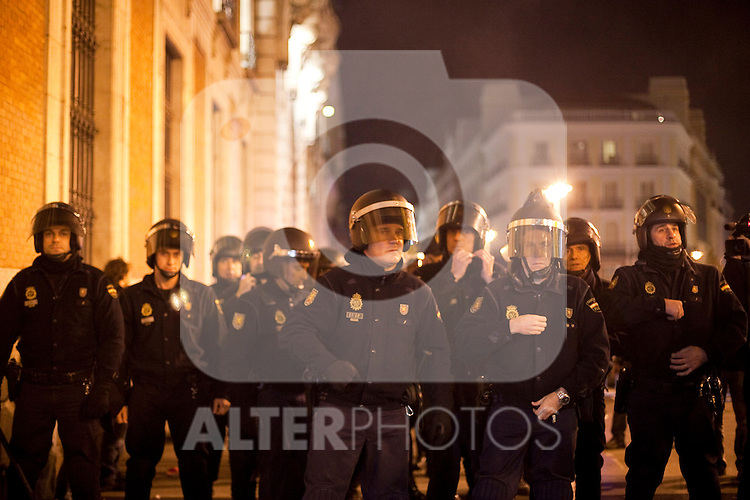 Police during a demonstration against the government outside parliament in Madrid. December 14, 2013. (ALTERPHOTOS/Victor Blanco)