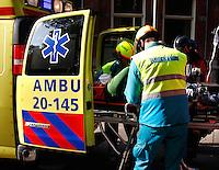 Man wordt in een ambulance gelegd. (in scene gezet tijdens de landelijke politiedag )