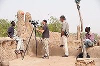 "Afrika Westafrika Mali Djenne franzoesisches Kamera Team bei Berichterstattung | .Africa Mali Djenné media reporter at work .| [ copyright (c) Joerg Boethling / agenda , Veroeffentlichung nur gegen Honorar und Belegexemplar an / publication only with royalties and copy to:  agenda PG   Rothestr. 66   Germany D-22765 Hamburg   ph. ++49 40 391 907 14   e-mail: boethling@agenda-fototext.de   www.agenda-fototext.de   Bank: Hamburger Sparkasse  BLZ 200 505 50  Kto. 1281 120 178   IBAN: DE96 2005 0550 1281 1201 78   BIC: ""HASPDEHH"" ,  WEITERE MOTIVE ZU DIESEM THEMA SIND VORHANDEN!! MORE PICTURES ON THIS SUBJECT AVAILABLE!! ] [#0,26,121#]"