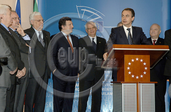Brussels-Belgium - 23 March 2006---Josep BORRELL (3.ri) - President of the European Parliament, José (Jose) Manuel BARROSO (4.ri) - President of the European Commission, José Luis RODRÍGUEZ ZAPATERO (2.ri) - President of the Spanish Government, José SÓCRATES (Socrates) (covered) - Portuguese Prime Minister, and the Ministers for Foreign Affairs, Diogo FREITAS DO AMARAL (5.ri) - Portugal, and Miguel Angel MORATINOS (ri) - Spain, open an exhibition on 20 years of Spanish and Portuguese EU Membership; at the European Parliament---Photo: Horst Wagner/eup-images