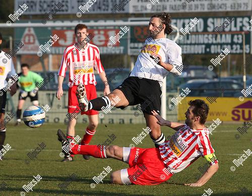 2008-02-24 / Voetbal / Meerhout - Hoogstraten / Peter Meeusen probeert Billy Ozcan (Meerhout) van de bal te zetten...Foto: Maarten Straetemans (SMB)