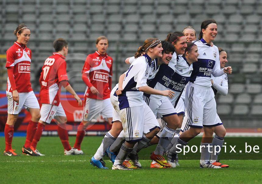 RSC Anderlecht Dames - Standard Femina de Liege : Laurence Marchal scoort voor Anderlecht en viert dat met de ploegmaats.foto DAVID CATRY / Vrouwenteam.be