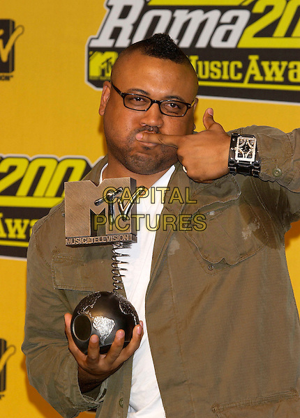 "BRYAN BARBER.MTV Europe Music Awards 2004.Winner of Best Video with Outkast's ""Hey Ya!"".November 18th, 2004.half length, kiss, award, trophy, gesture, glasses.www.capitalpictures.com.sales@capitalpictures.com.©Capital Pictures"