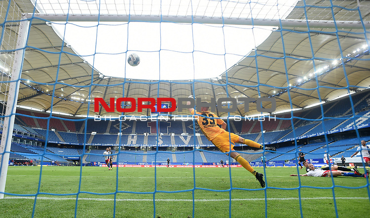 0:2 Tor, v.l. Torwart Julian Pollersbeck (HSV), Torschuetze Kevin Behrens (Sandhausen), Rick van Drongelen, Volksparkstadion<br />