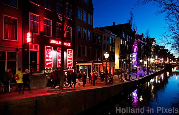 Nederland Amsterdam 2019. Red Light District. Oudezijds Achterburgwal. De Wallen. Links Moulin Rouge. . Foto Berlinda van Dam / Hollandse Hoogte