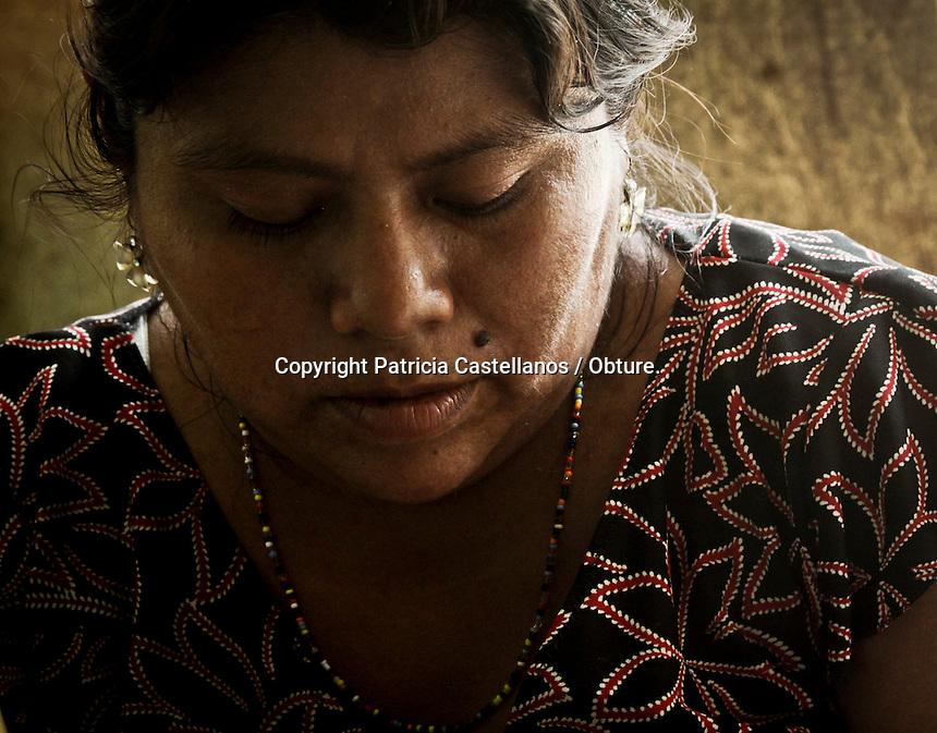 """Cachimbo, San Francisco Ixhuatán, Oaxaca. 11/05/2015.-Ante la insuficiente atención por parte de la Secretaria de Salud hacia los pobladores que habitan las comunidades con alto índice de pobreza y marginación ubicadas en los límites de Oaxaca y Chiapas, el virus de la """"Chinkungunya"""" transmitido por el mosquito portador Aedes aegypti y Aedes albopictus se ha extendido rápidamente en esta zona, sumando los terribles padecimientos de esta enfermedad al ya bastante difícil panorama de vida que tienen estas personas.<br /> <br />  <br /> <br /> En este contexto, los más afectados por la expansión de este virus en la región istmeña de Oaxaca, así como los límites de la entidad con el estado de Chiapas, han sido los pobladores de la isla de """"Cachimbo"""" perteneciente al municipio de San Francisco Ixhuatán; localidad aislada, ausente de todos los servicios básicos, y con un índice de marginación enorme, ya que sus habitantes solo sobreviven de la fertilidad de sus tierras y las dadivas del mar, mismas que son regidas por los fenómenos meteorológicos y resultan la mayoría de veces ser insuficientes.<br /> <br />  <br /> <br /> Dicha población tiene poco menos de 200 habitantes, siendo que el número de pobladores ha disminuido debido a la gran migración, ya que ante al alto grado de pobreza, la carencia de servicios básicos, se ha aunado la propagación de enfermedades, tales como la artritis epidérmica """"Chinkungunya"""" o también conocida como fiebre """"Chinkunguña"""", virus que no ha sido controlado debido a la indiferencia marcada por parte del gobierno estatal, quien fuera de aportar con atención médica, dotación de medicamentos y fumigación inmediata, ha ignorado dicha localidad.<br /> <br />  <br /> <br /> A decir de Ana Yadira García Orantes, pobladora de Cachimbo, quien ya fue infectada por el mosquito transmisor de la """"Chinkungunya"""", y actualmente continua con los síntomas del virus, sin tener una buena atención médica, comentó que este isla ha sido atacada cruelmente por est"""