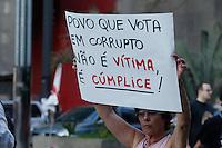 SAO PAULO ,SP,QUARTA FEIRA,01 DE MAIO DE 2013 - PROTESTO CONTRA A CORRUPCAO - Na tarde desta quarta-feira (01) feriado do Dia do Trabalho, manisfestantes protestaram frente ao MASP na Avenida Paulista em Sao Paulo, nao houve confusao, manifestantes e farao camihada pelas ruas de Sao Paulo,FOTO: WARLEY LEITE/BRAZIL PHOTO PRESS