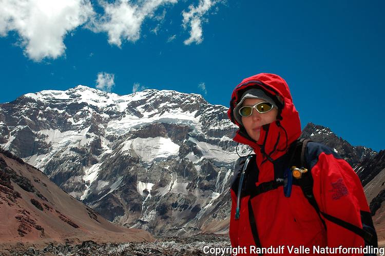 Girl in front of Aconcagua South Face --- Jente foran sørveggen på Aconcagua