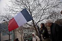 manifestanti di destra con bandiera tricolore