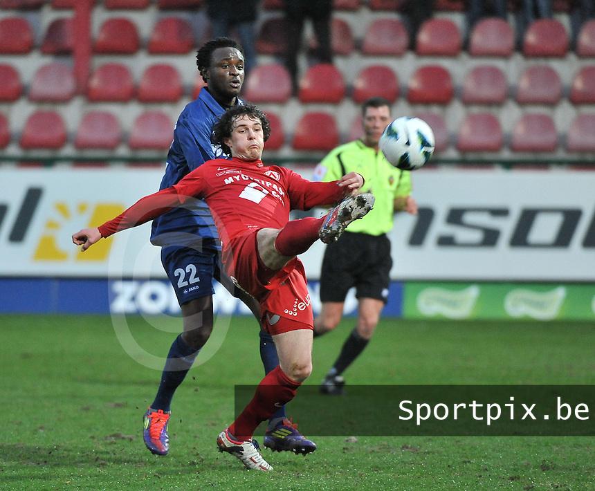 KV Kortrijk - RAEC Mons / Bergen  : Gertjan De Mets aan de bal voor Mustapha Jarju.foto VDB / BART VANDENBROUCKE