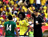 BARRANQUILLA – COLOMBIA - 23 – 03 -2017: Ricardo Marques (Der.) árbitro de Brasil, muestra tarjeta amarilla a Juan Aponte (Izq.) jugador de Bolivia, durante partido entre los seleccionados de Colombia y Bolivia, de la fecha 13 válido por la clasificación a la Copa Mundo FIFA Rusia 2018, jugado en el estadio Metropolitano Roberto Melendez en Barranquilla. / Ricardo Marques (R) Brazilian referee, shows yellow card to Juan Aponte (L), player of Bolivia, during match between the teams of Colombia and Bolivia, of the date 13 valid for the Qualifier to the FIFA World Cup Russia 2018, played at Metropolitan stadium Roberto Melendez in Barranquilla. Photo: VizzorImage / Luis Ramirez / Staff.