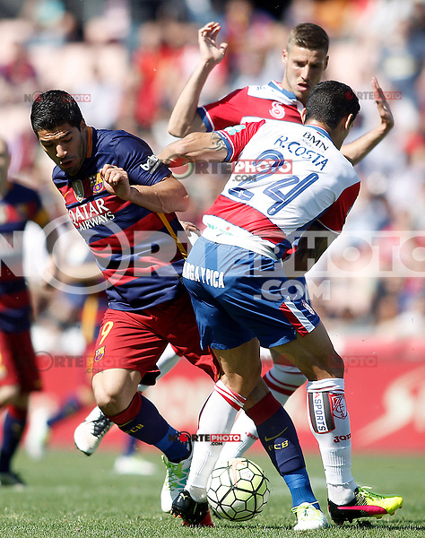 Granada's Ricardo Costa (r) and Ruben Perez (b) and FC Barcelona's  Luis Suarez during La Liga match. May 14,2016. (ALTERPHOTOS/Acero) /NortePhoto.com