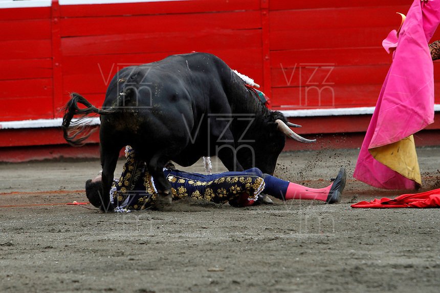 MANIZALES-COLOMBIA. 09-01-2016: El Cid, es arrollado por su segundo toro de la ganadería Achury Viejo durante la cuarta corrida como parte de la versión número 60 de La Feria de Manizales 2016 que se lleva a cabo entre el 2 y el 10 de enero de 2016 en la ciudad de Manizales, Colombia. / The bullfighter El Cid, is struck by his second bull during the fourth bullfight as part of the 60th version of Manizales Fair 2016 takes place between 2 and 10 January 2016 in the city of Manizales, Colombia. Photo: VizzorImage / Santiago Osorio / Cont