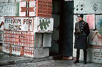 LETTLAND, 27.03.91.Riga.Waehrend des anhaltenden Kampfes um die Unabhaengigkeit ist die Stadt immer wieder marodierenden sowjetischen Sondertruppen ausgesetzt, an Schluesselpunkten stehen daher Barrikaden, hier lettische Miliz an der Barrikade zum Schutz des Parlaments in der Jekaba iela. | During the ongoing fight for independence the town is regularely raided by Soviet special forces. Key spots are therefore protected by barricades, here Latvian militia at the barricade protecting the parliament in Jekaba street..© Martin Fejer/EST&OST.