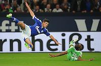 FUSSBALL   1. BUNDESLIGA  SAISON 2012/2013   7. Spieltag   FC Schalke 04 - VfL Wolfsburg        06.10.2012 Klaas Jan Huntelaar (FC Schalke 04) dominiert Naldo (re, Wolfsburg) im Zweikampf
