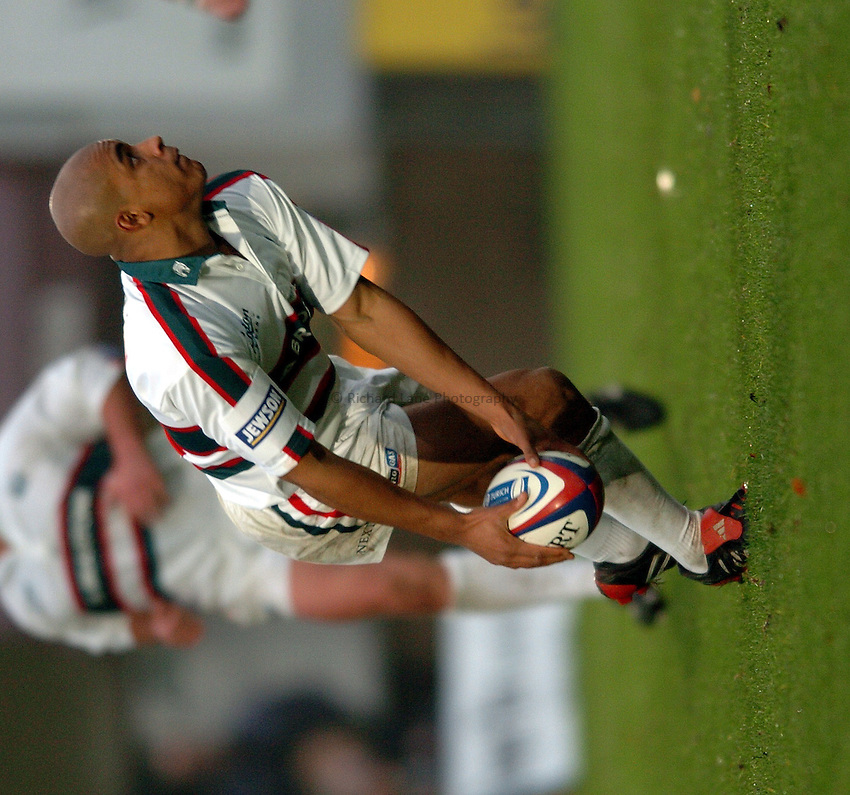 Photo. Henry Browne..London Wasps v Leicester Tigers. Zurich Premiership. 21/11/2004..Tom Varndell passes the ball...