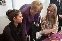 Berlin, Bundeskanzlerin Angela Merkel (CDU m.) und Maedchen posieren am Mittwoch (24.04.13) in Bundeskanzleramt in Berlin anlaesslich Girls Day (Maedchen-Zukunftstag).