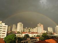 SAO PAULO,SP,13 DE MARCO DE 2013 - ARCO-IRIS - Arco-iris é visto, na regiao central de Sao Paulo, apos pancada de chuva, nesta quarta-feira,13. FOTO: MAURICIO CAMARGO / BRAZIL PHOTO PRESS.