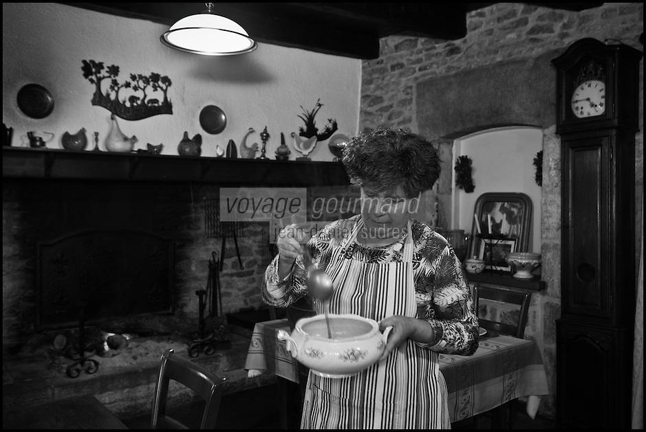Europe/Europe/France/Midi-Pyrénées/46/Lot/Bach:  Auberge Lou Bourdié, Monique Valette et sa soupe [Non destiné à un usage publicitaire - Not intended for an advertising use]