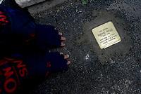 Roma, 16 Gennaio 2019<br /> Istallazione di una pietra d'inciampo in Via Grazioso Benincasa 28 davanti l'abitazione di Antonio Roazzi partigiano ucciso alle Fosse Ardeatine.<br /> Sampietrini rivestiti d'una placca d'ottone lucente incastonati a terra di fronte ai portoni di deportati e vittime del nazismo. L'idea è dell'artista tedesco Gunther Demnig nell'ambito del progetto «Memorie d'Inciampo a Roma» che prevede in vari Municipi il posizionamento di pietre , ciascuna dedicata ad un deportato per ragioni razziali, politiche e militari, di fronte alle loro abitazioni.