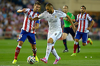 MADRID - ESPAÑA - 22-08-2014: Gabi (Izq.) jugador de Atletico de Madrid disputa el balon con Karim Benzema, (Der.) jugador de Real Madrid durante partido de vuelta de la Super Copa de España, Atletico de Madrid  y Real Madrid, en el estadio Vicente Calderon de la ciudad de Madrid, España. / Gabi (L) player of Atletico de Madrid  vies for the ball with Karim Benzema, (R) player of Real Madrid during a match for the second leg, between Atletico de Madrid  y Real Madrid of the Super Copa de España in the Vicente Calderon stadium in Madrid, Spain  Photo: Asnerp / Patricio Realpe / VizzorImage.