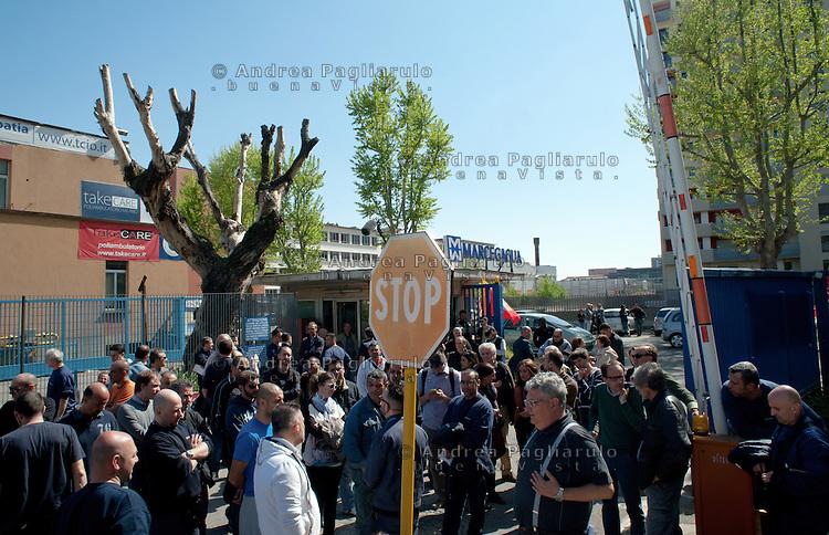 Milano, Marcegaglia Buildtech di Viale Sarca 336.<br /> Operai presidiano i cancelli della fabbrica.<br /> La Marcegaglia Buildtech dove lavorano 169 persone, ha comuncato la sua intenzione di chiudere la fabbrica.
