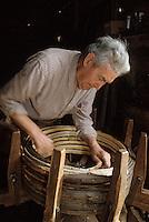 Europe/France/Poitou-Charentes/16/Charente/Cognac/Tonnellerie Seguin Moreau: Fabrication des cercles en châtaignier [Non destiné à un usage publicitaire - Not intended for an advertising use]<br /> PHOTO D'ARCHIVES // ARCHIVAL IMAGES<br /> FRANCE 1990