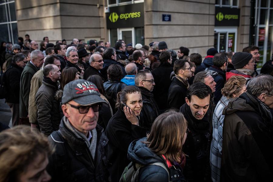 BRUXELLES, BELGIQUE: Une centaine de personnes fait la file afin de prendre leur train à la gare centrale. Les policiers ont organisé l'entrée des passagers par groupe de 10 personnes le 22 mars 2016. Dans la matinée du 22 mars 2016 des attaques ont eu lieu à l'aeroport de Zaventem et dans la station de métro de Mealbeek. Ces attaques terroristes ont fait 31 morts et 340 blessés à Bruxelles.