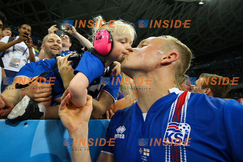 Kolbeinn Sigthorsson of Iceland celebrates by kissing his daughter <br /> Nice 27-06-2016 Stade de Nice <br /> Football Euro2016 England - Iceland / Inghilterra - Islanda Round of 16 / Ottavi di finale Foto Daniel Chesterton PHC / Panoramic / Insidefoto