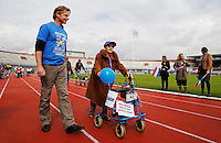 ouderen; senioren; bvd; oud; rollatorloop; rollator; rolator; loop; rollators; rolators; hulpmiddelen; bejaard; bejaarden; sport; sporten; wandelsport; olympisch; stadion; amsterdam; actief; actieve; wandelen; buiten; lopen; uitje; activiteit; vrijwilliger; vrijwilligerswerk; ouderenzorg