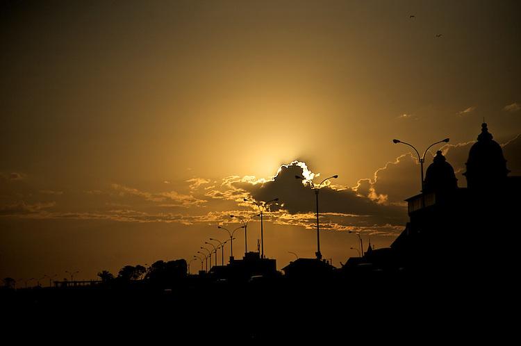 Rambla de Carrasco mirando hacia el Oeste (Pocitos) con la luz del atardecer y el Hotel Carrasco a contraluz.