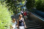 l'association l'arche acceuille des personnes handicapées mentales. A la fin de la journée, Swantje, la volontaire, retourne à la structure du centre ville.