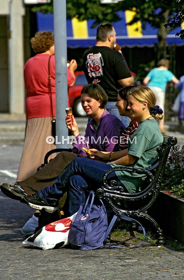 Jovens na praça em Karlshamn, Suécia. 1996. Foto de Adriano Gambarini.