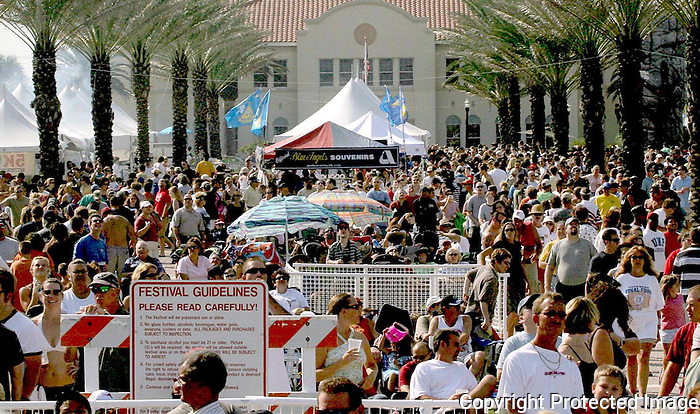 11/07/05.....Gary Wilcox/The Times Union....Many People came out to Jacksonville Beach last Saturday during the Jacksonville Sea & Sky Spectacular at Jacksonville Beach.