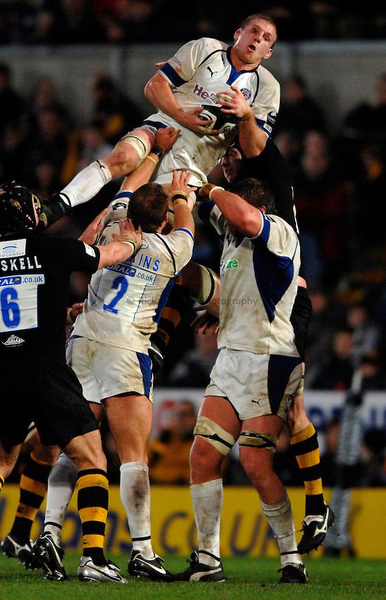 Photo: Richard Lane..London Wasps v Bath Rugby. Guinness Premiership. 12/11/2006. .Bath's James Scaysbrook wins a high ball.