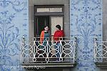 Dos mujeres en un balcon en Oporto