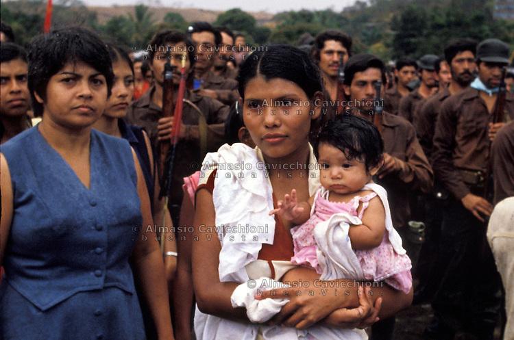Febbraio 1981, Nicaragua, Matagalpa - Soldati volontari dell'esercito popolare Sandinista salutano le famiglie prima della partenza per combattere la contra.February 1981, Nicaragua, Matagalpa - Volunteers of  the Sandinista People's Army greet families before leaving to fight against the contra rebels.