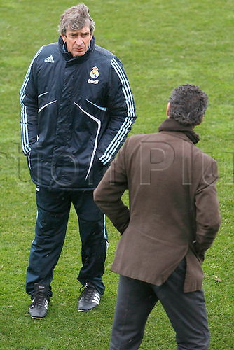 MADRID, 07/01/2010.- Real Madrid's Chilean head coach Manuel Pellegrini (L) chats with team's general manager Jorge Valdano (R) during a training session at Valdebebas sports complex, in Madrid, central Spain, 07 January 2010, ahead their Spanish First Division Liga soccer match against Mallorca to be played next Sunday at the Santiago BernabÈu stadium. EFE/Mondelo