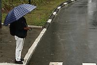 FOTO EMBARGADA PARA VEICULOS INTERNACIONAIS - SAO PAULO, SP, 20 DE OUTUBRO 2012 - CLIMA TEMPO SP - Chove na capital paulista, na tarde desse sabado, 20,  regiao do Bom Retiro, zona central da cidade, com temperatura max de 25 e min de 16, a previsao é de chuva durante a madrugada toda - FOTO LOLA OLIVEIRA - BRAZIL PHOTO PRESS