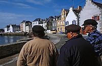 Europe/France/Bretagne/29/Finistère/Ile de Sein: Pêcheurs sur le port [Non destiné à un usage publicitaire - Not intended for an advertising use] [Non destiné à un usage publicitaire - Not intended for an advertising use]