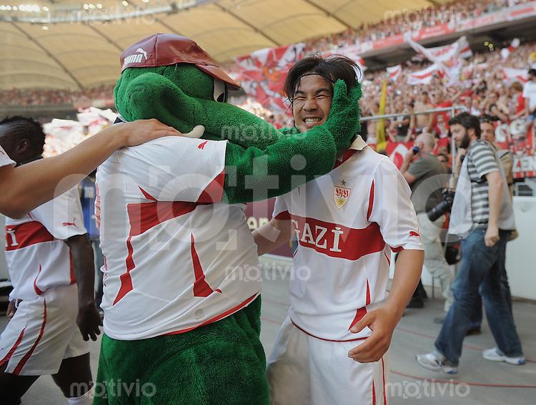 Fussball 1. Bundesliga:  Saison   2010/2011  33. Spieltag   07.05.2011 VfB Stuttgart - Hannover 96    JUBEL Stuttgart; Torschuetze zum 2-0 Shinji Okazaki (re) umarmt VfB Maskottchen Fritzle
