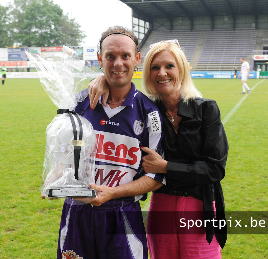 Jubileumwedstrijd Pascal De Vreese..Kristallen voetbal geschonken door zijn moeder Rosian..Foto David Catry / VDB
