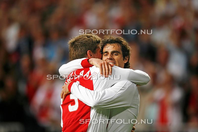 Nederland, Asterdam, 5 mei 2008.Seizoen 2007-2008.Eredivisie Play-offs.Ajax -Heerenveen (3-1).Kenneth Perez wordt omhelst en gefeliciteerd door Klaas Jan Huntelaar (l) na het maken van de 3-1
