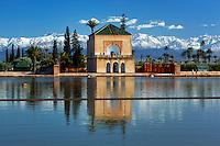 Morocco, Marrakech: Menara Gardens, view over pool to the Pavilion built in 1866 with snow capped Atlas mountains behind | Marokko, Marrakesch: Menara Gardens mit Pool und Pavillon erbaut 1866, im Hintergrund die schneebedeckten Gipfel des Atlas Gebirges
