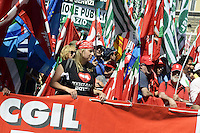 """Roma, 16 Giugno 2012.Manifestazione nazionale dei sindacati Cgil, Cisl e Uil contro la riforma del lavoro, da Piazza Esedra a Piazza del Popolo..Nella foto:""""teniamo botta"""" , un fiocco bianco contro la violenza sulle donne."""