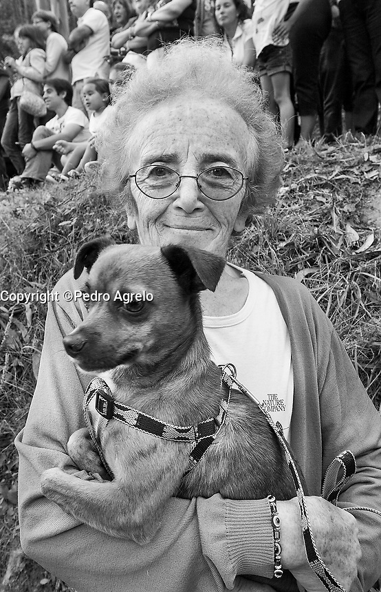mujer con perro en Viveiro
