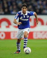 FUSSBALL   1. BUNDESLIGA   SAISON 2011/2012    15. SPIELTAG FC Schalke 04 - FC Augsburg            04.12.2011 RAUL (FC Schalke 04) Einzelaktion am Ball