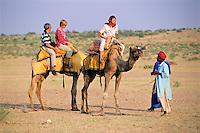 India, Rajasthan, near Jaisalmer: tourists riding a dromedar | Indien, Rajasthan, bei Jaisalmer: Touristen beim Dromedar-Reiten