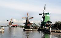 Zaanstad-  Molens bij Zaanse Schans. Openluchtmuseum aan de Zaan. Van links naar rechts :  Molen de Zoeker, Molen de Kat  en de Gekroonde Poelenburg