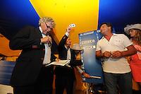ZEILEN: GROU: Tent Halbertsmaplein, 18-07-2014, Opening SKS skûtsjesilen met loting voor wedstrijden De Veenhoop en Earnewâld, regerend SKS kampioen Douwe Jzn Visser (schipper Sneek) trekt nr. 14 op De Veenhoop, ©foto Martin de Jong